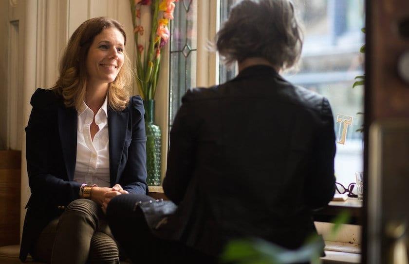 Photo de mélanie et la journaliste à une table du Tommy Café à montréal