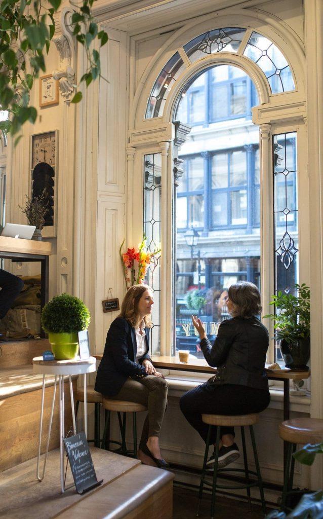 Mélanie et la journaliste discutant au café tommy