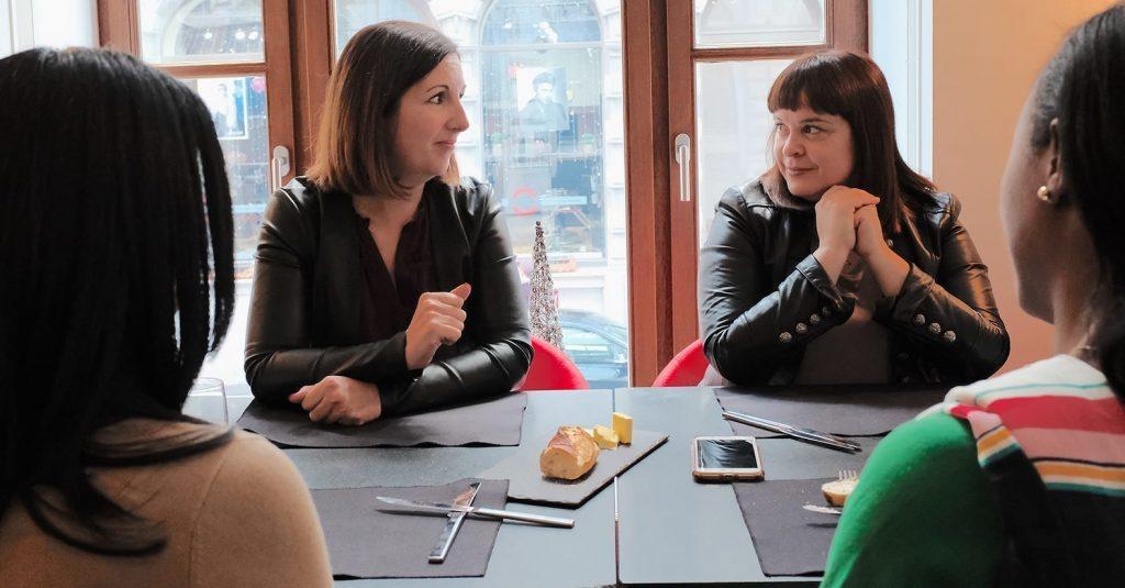 Photo de Julie Caron et Annie Boisclair discutant à une table