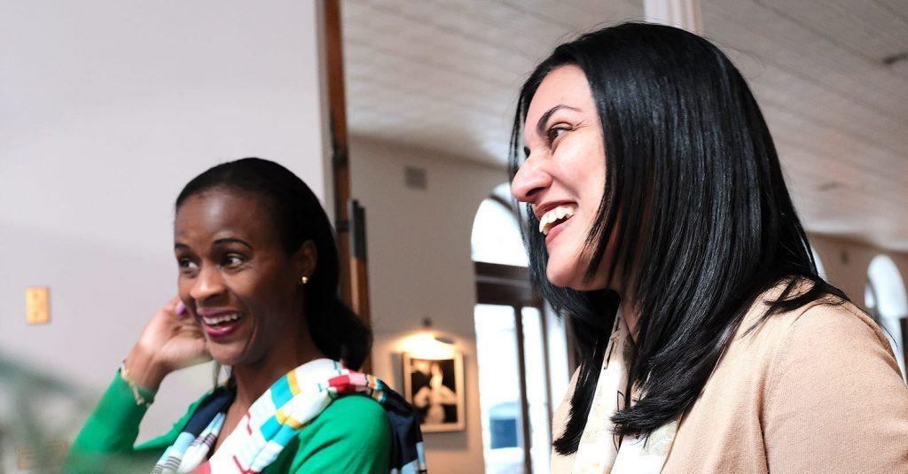 Photo de Monique Bakam et Salimah Lalji souriant